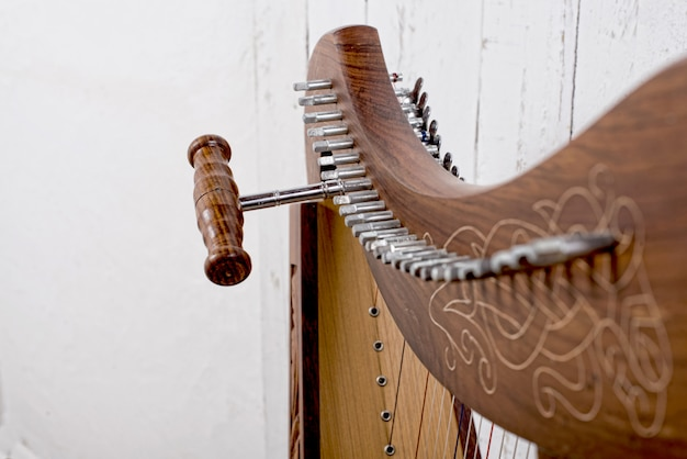 Close-up over het opzetten van een harp