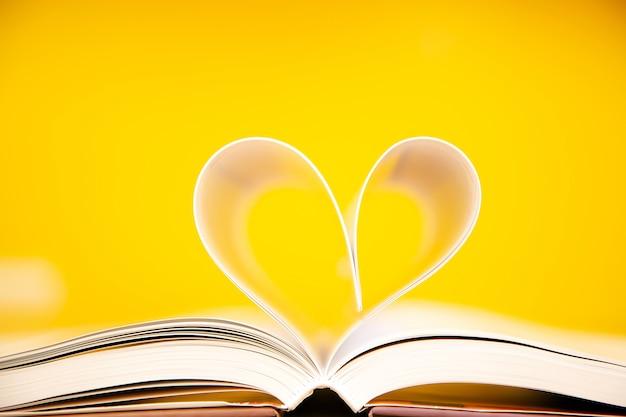Close-up pagina van een boek in hartvorm op tafel