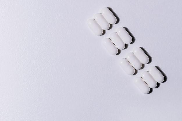 Close-up pakket tabletten op een grijze achtergrond