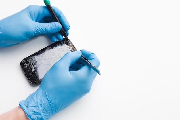 Close-up persoon repareren van een smartphone
