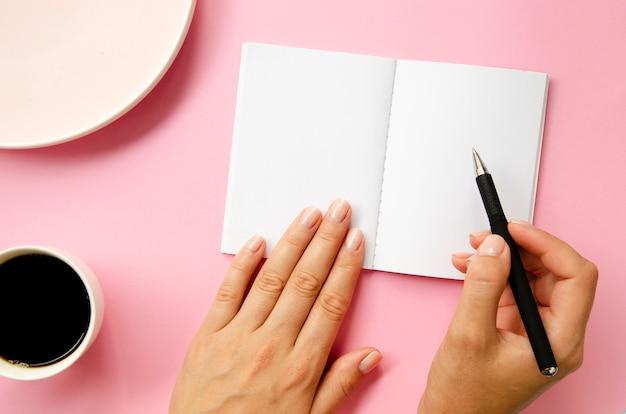 Close-up persoon schrijven met pen