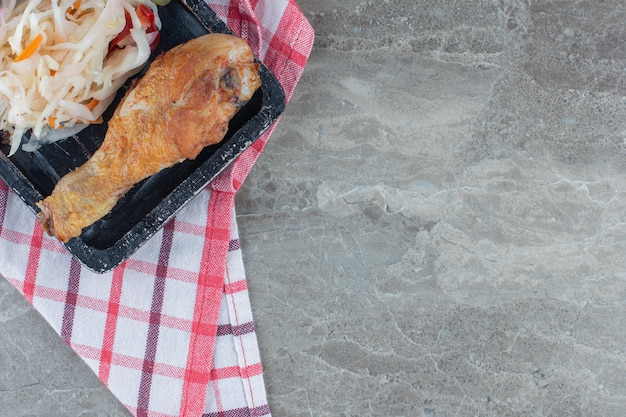 Close-up photo.pf stapel zuurkool en kippenpoot op houten plaat.
