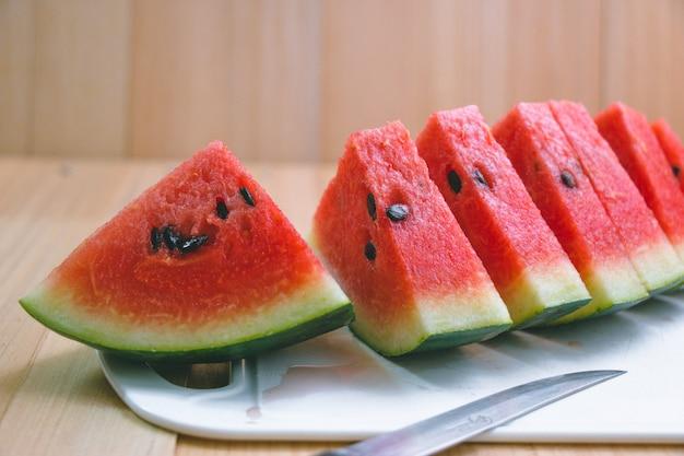 Close-up plakjes verfrissende watermeloen op een houten ruimte