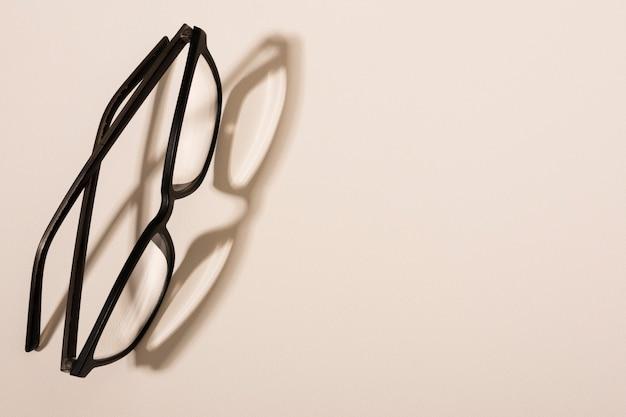 Close-up plastic oogglazen met schaduw