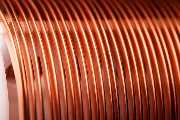 Close-up plat gedraaide koperdraad in een fabriek
