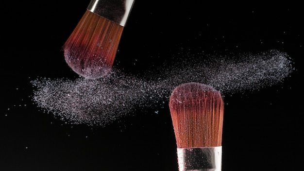Close-up poeder splash en penseel voor make-up artiest of beauty blogger