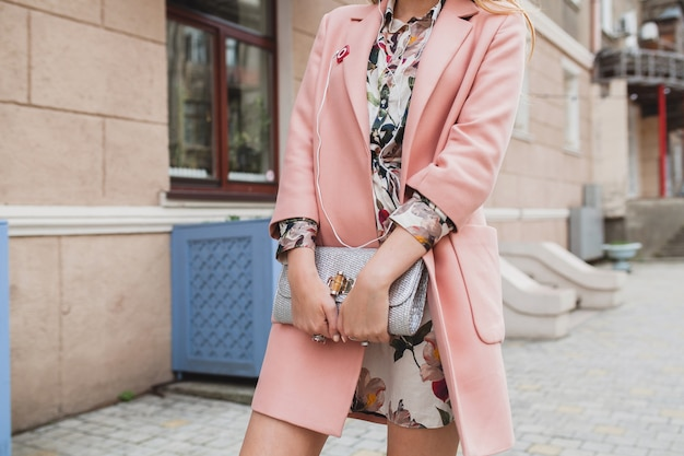 Close-up portemonnee van aantrekkelijke stijlvolle vrouw lopen stad straat in roze jas lente modetrend