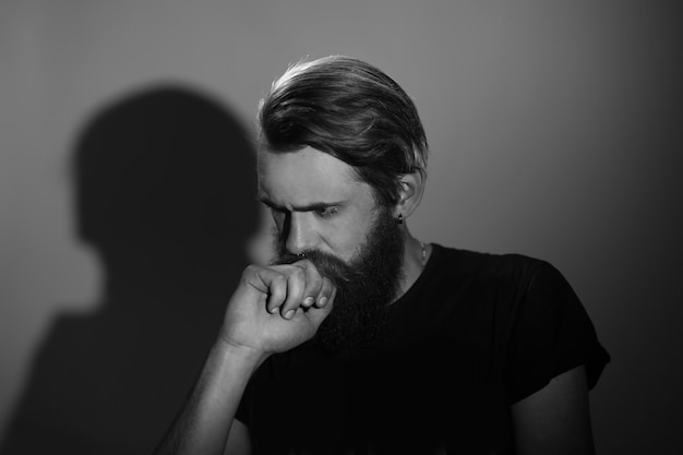 Close up.portrait van een doordachte serieuze man. geïsoleerd op donkere achtergrond