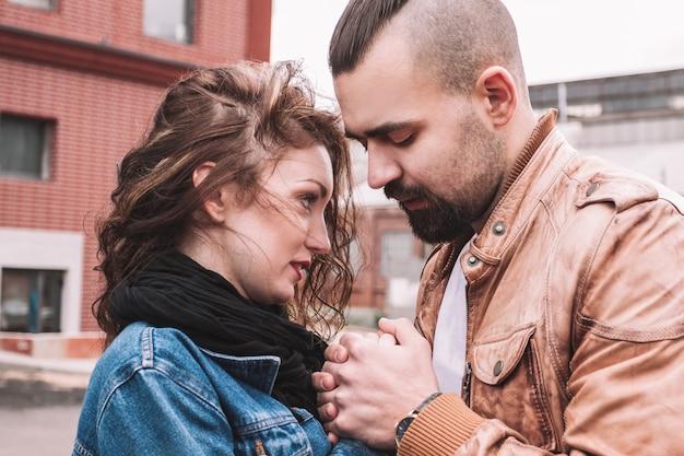 Close up.portrait van een tedere verliefde paar. het concept van liefde en relaties
