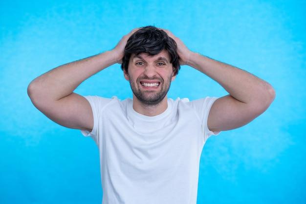 Close-up portret aardige aantrekkelijke bezorgd depressieve man