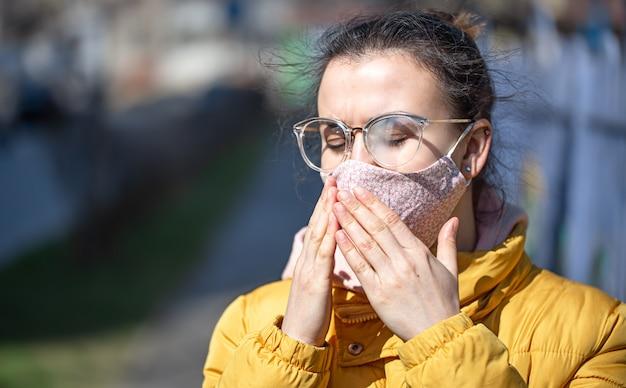 Close-up portret jonge vrouw in een masker tijdens de pandemie.