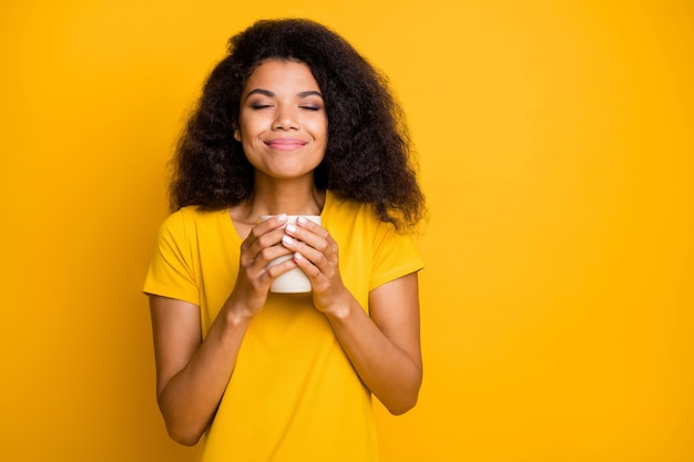 Close-up portret kalm dromerig vrolijk meisje zoete cacao drinken