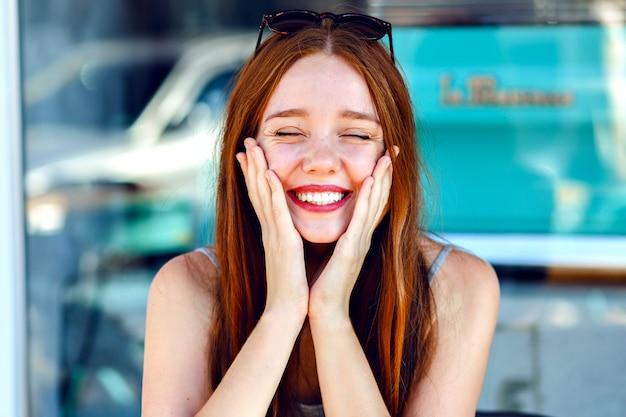Close-up portret of vrij leuke roodharige vrouw, glimlachend en met plezier, positief, vakantie, emoties