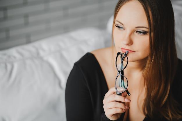 Close-up portret op zoek gericht op lege ruimte aantrekkelijk bruinharige meisje