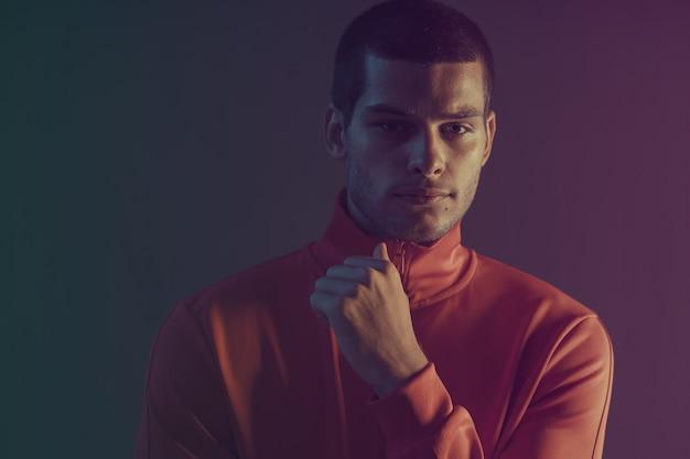 Close-up portret van aantrekkelijk mannelijk model. kleur flitslicht