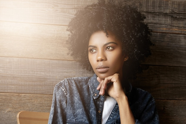 Close-up portret van aantrekkelijke knappe jonge afrika vrouw met krullend kapsel