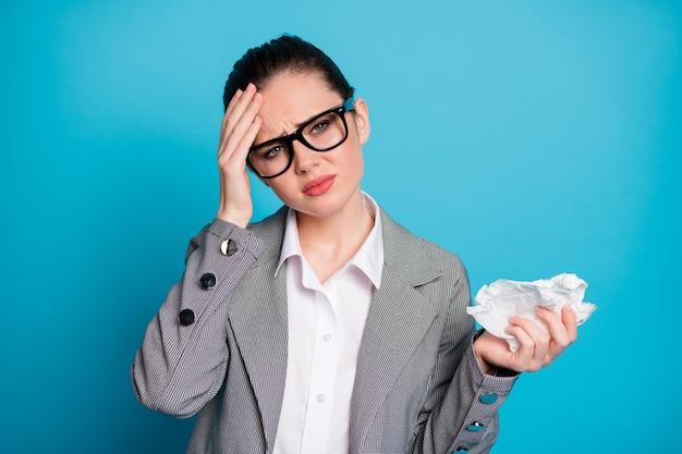 Close-up portret van aantrekkelijke zieke depressieve sombere dame die zich slecht voelt griep geneeskunde verlof geïsoleerd over heldere blauwe kleur achtergrond
