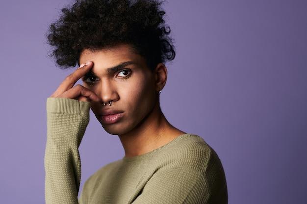 Close-up portret van afro-amerikaanse model ziet er camera aantrekkelijk man met afro kapsel