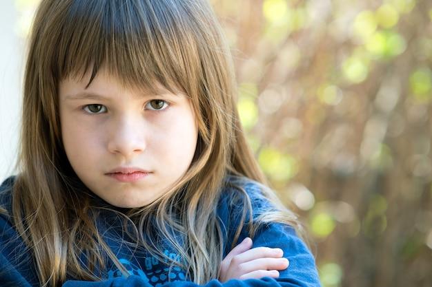Close-up portret van beledigd mooi meisje in donkerblauwe trui