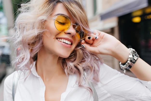 Close-up portret van blonde romantische dame in trendy sieraden poseren
