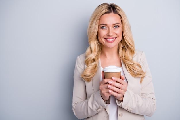 Close-up portret van charmante vrolijke dame die cacao rustpauze drinkt