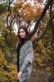 Close-up portret van een jonge aziatische vrouw buiten. herfst warm concept.