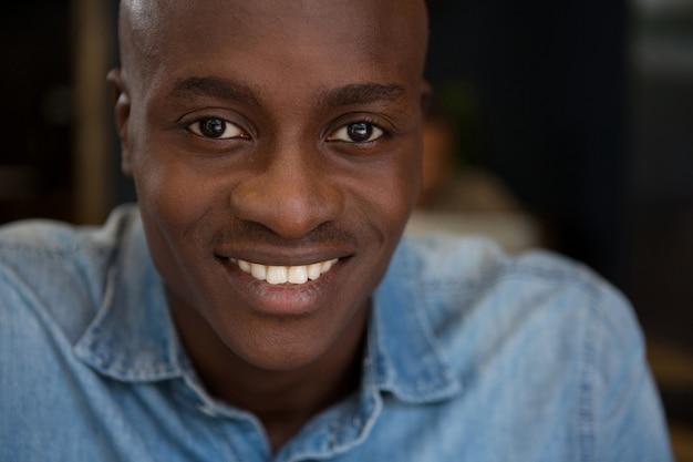 Close-up portret van een jonge man die lacht