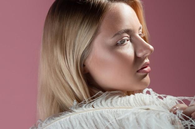 Close-up portret van een jonge mooie vrouw met blond haar