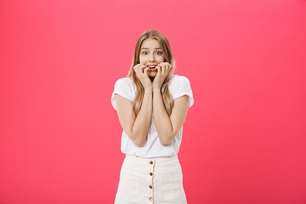 Close-up portret van een jonge vrouw bang