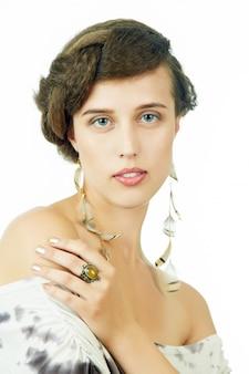 Close-up portret van een jonge vrouw met mooie kapsel en veren accessoires