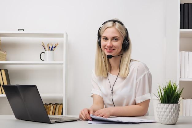Close-up portret van een klantenserviceagent op kantoor zit
