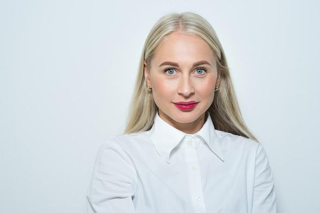 Close-up portret van een mooie blonde vrouw met lang glad haar en blauwe ogen. casual kleding
