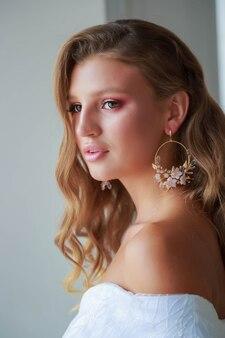 .close-up portret van een mooie bruid op haar trouwdag met professionele make-up en styling