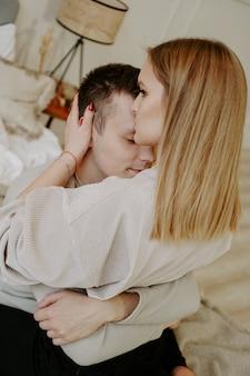 Close-up portret van een mooie jonge paar knuffels in bed thuis