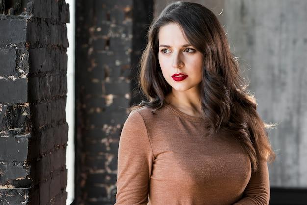 Close-up portret van een mooie jonge vrouw wegkijken
