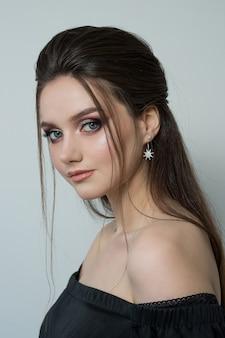 Close-up portret van een mooie vrouw. close-up portret van een mooie jonge brunette vrouw met lang haar en avond make-up