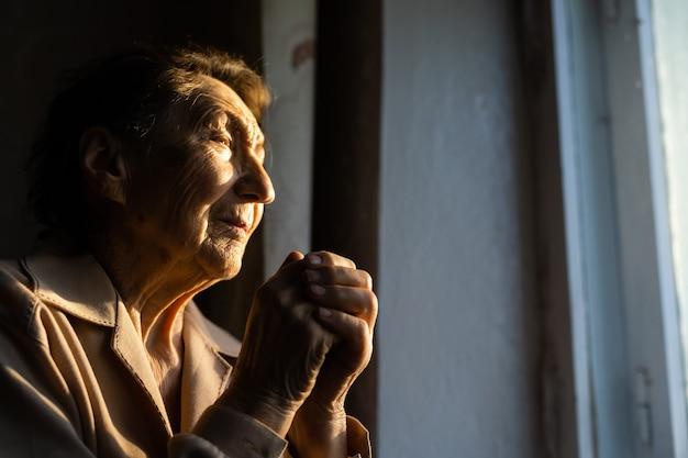 Close-up portret van een oude vrouw die bidt