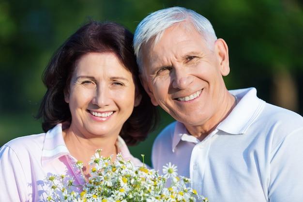 Close-up portret van een ouder echtpaar knuffelen in park