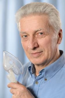 Close-up portret van een oudere man die inhaleert