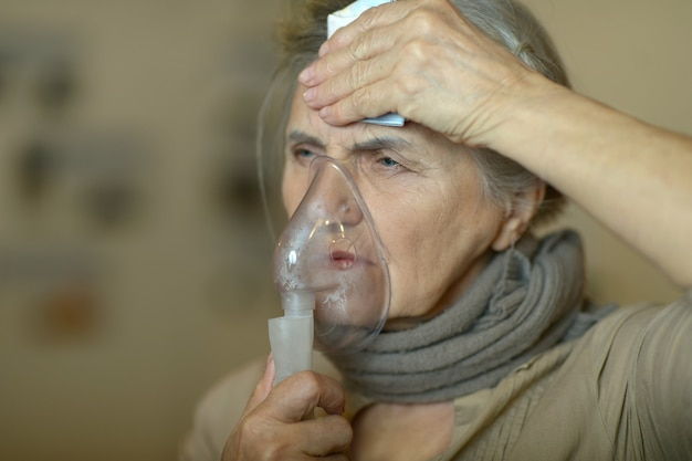 Close-up portret van een oudere vrouw die inhaleert