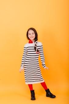 Close-up portret van een schattig klein meisje. studio opname over gele achtergrond. jeugd concept.
