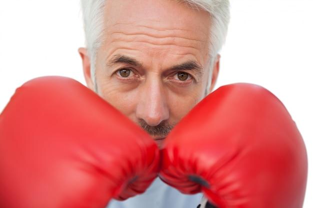 Close-up portret van een vastberaden senior bokser
