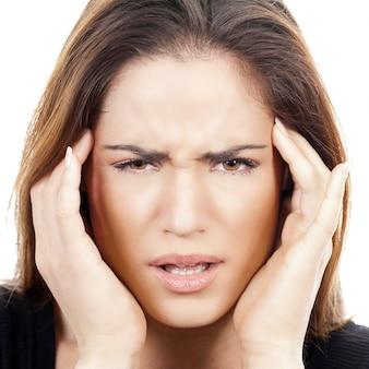Close-up portret van een vrouw met hoofdpijn