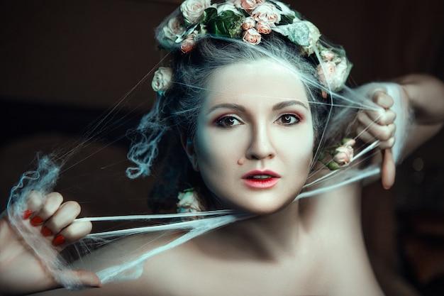 Close-up portret van een vrouw met rozen