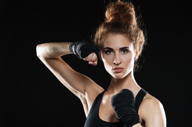 Close-up portret van geconcentreerde vrouwelijke vechter klaar om te vechten