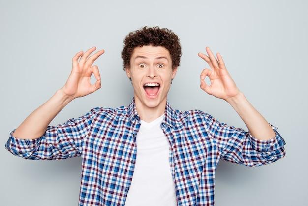 Close-up portret van gekke man ok symbolen beide handen tonen