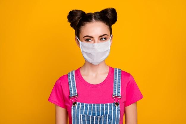 Close-up portret van haar mooi aantrekkelijk mooi meisje met veiligheidsmasker stop virale china wuhan longontsteking ziekte besmetting geïsoleerd helder levendig glans levendige gele kleur achtergrond