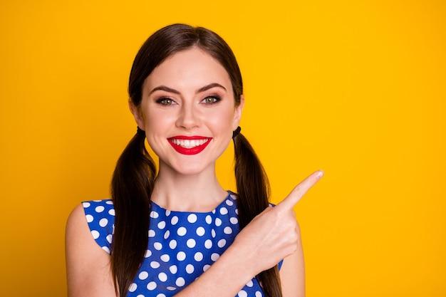 Close-up portret van haar mooi uitziende aantrekkelijke mooie glamoureuze vrolijke vrolijke meisje weergegeven: advertentie advertentie kopie ruimte oplossing geïsoleerd op heldere levendige glans levendige gele kleur achtergrond