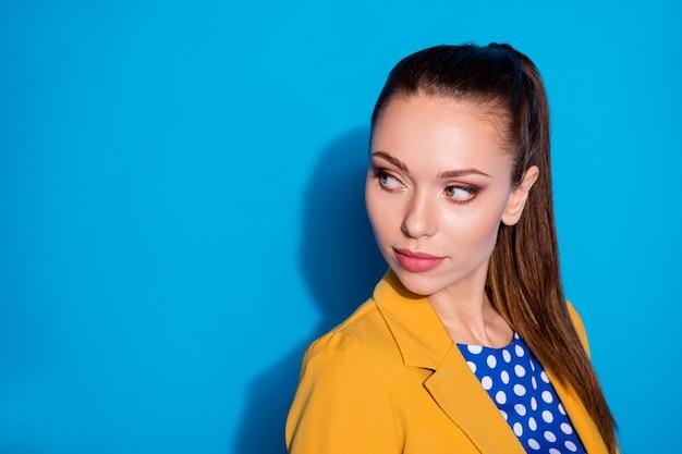 Close-up portret van haar mooie aantrekkelijke charmante mooie chique dame leider partner op zoek kopie lege lege ruimte advertentie oplossing geïsoleerd over heldere levendige glans levendige blauwe kleur achtergrond
