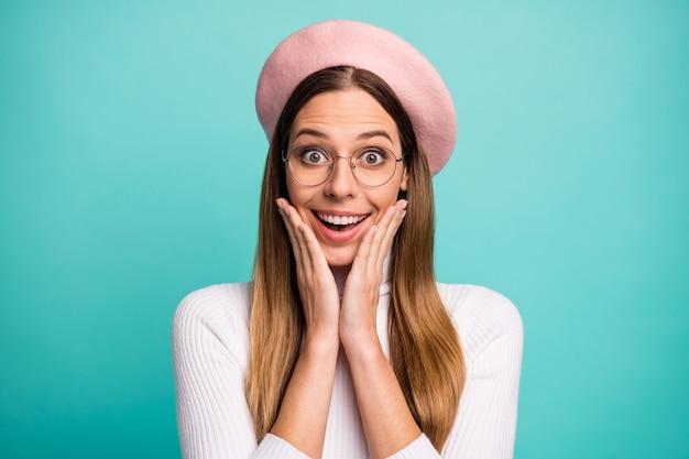 Close-up portret van haar mooie aantrekkelijke mooie mooie vrolijke vrolijke verbaasde steilharige meisje genieten van goed nieuws geïsoleerd over heldere levendige glans levendige blauwe kleur achtergrond